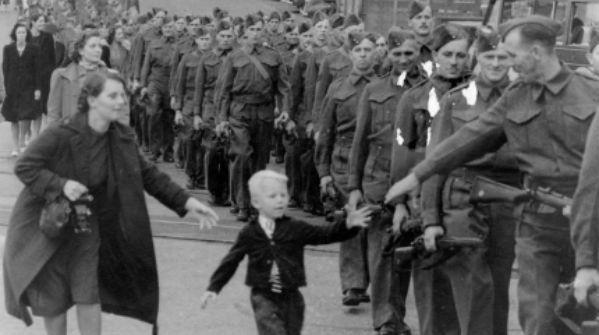 1940 – un bambino saluta il padre che parte per il fronte
