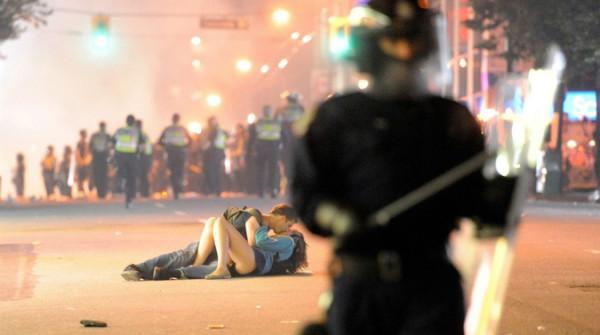 make love not war reinterpretazione canadese durante la guerriglia urbana – Copia
