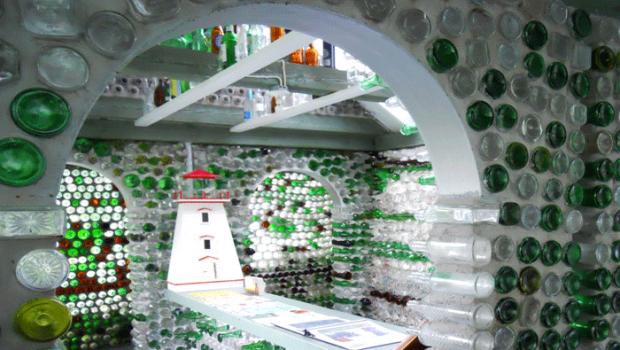 Riciclaggio del vetro, dalle bottiglie usate nasce una casa